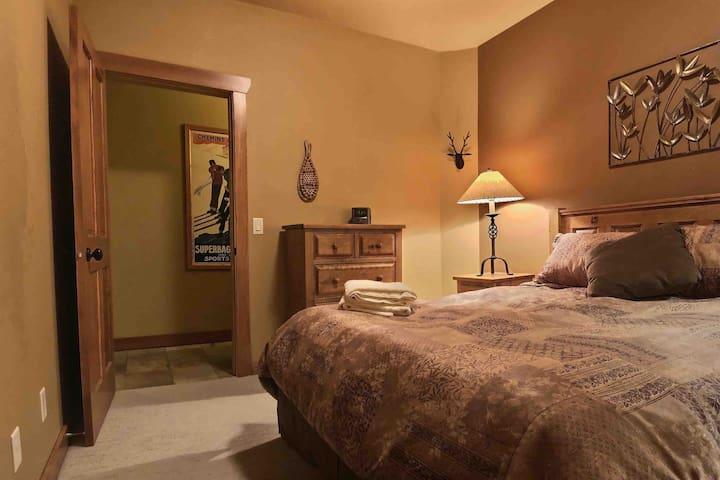 2nd Queen bedroom/Den (interior bedroom)