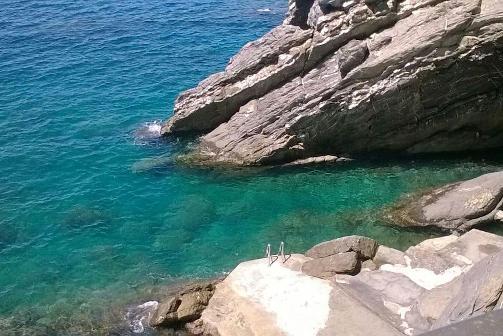 Spiaggia rocciosa privata per gli ospiti del condominio