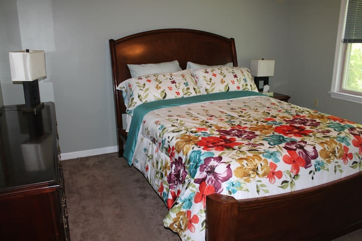 Entire 4 Bedroom Home 1 mile to PSU Sports & Shows