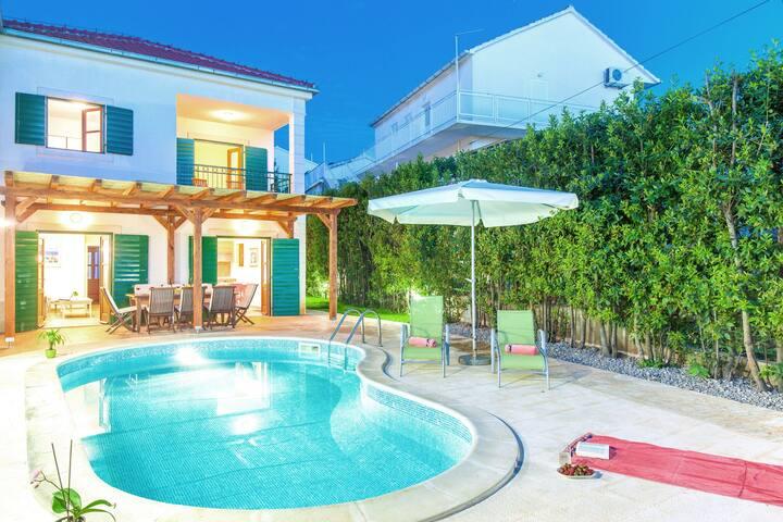 Villa Acogedora en Hvar con piscina privada