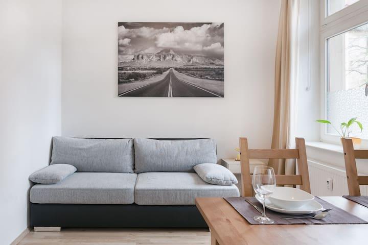 Bei meinen Schwiegereltern schlafe ich wunderbar auf dieser Boxspring-Couch. Daher habe ich meine Appartements damit ausgestattet.