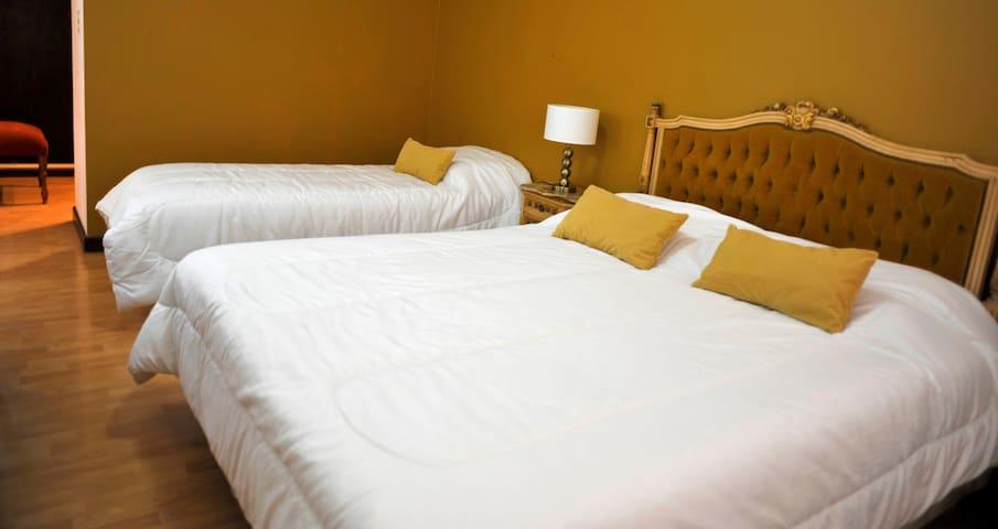 Alojamiento para 2 personas con baño privado.