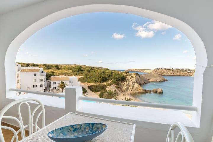 Bel appartement avec Wi-Fi, piscine, terrasse et vue sur mer.