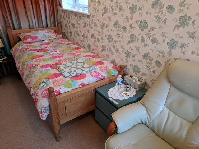 Family home, quiet room, close to airport