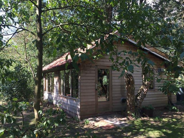 Houten huisje in een landelijke omgeving