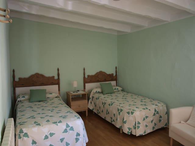 Dormitorio verde. Green bedroom