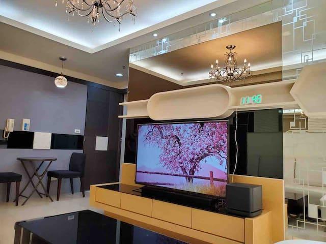 這是一個功能完整的屋子,是我們回高雄時渡假的房子。不是一般的套房。 有二個舒適房間,一個可煮飯菜廚房,一個小餐廳,一間浴室,一個陽光充足可晒衣服的陽台。每間房客廳皆有全新分離式冷氣。我們很注重生活品質。 全新58吋大TV+新Bose soundbar音響+ Netflix節目無限觀賞,客廳有全新分離式冷氣,全新窗簾,宛如置身高級劇場。 Home theater (New 58-inch smart connected TV + Bose Sound Blaster)+Netflix movie.