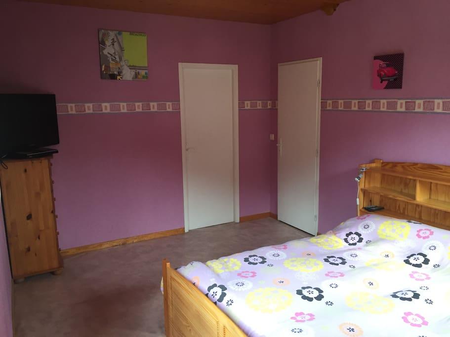 chambre spacieuse avec lit en 160 et TV