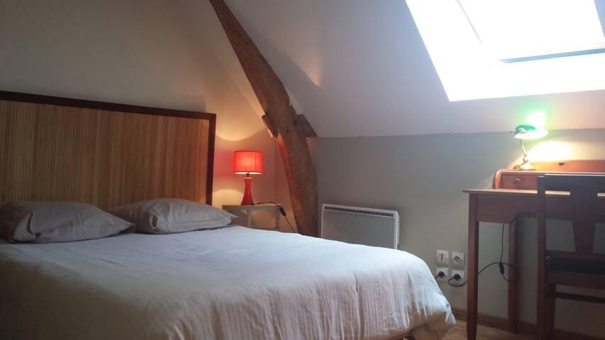 chambre de charme sous les toits à 12 km  du Mans
