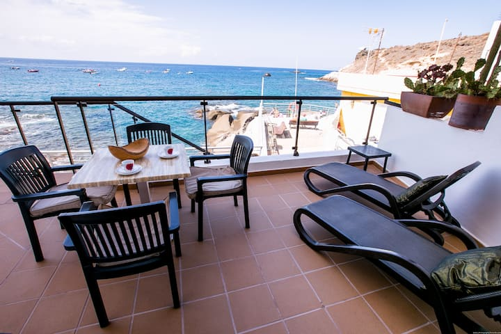 Lovely apartment in front of the sea in La Caleta