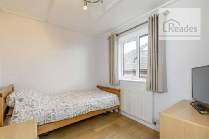 Single Room In Lovely Family House.