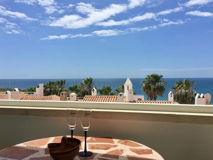 Cosy apartment with lovely sea view and large pool
