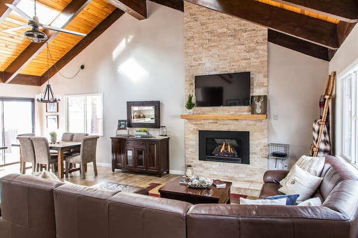 Beautiful Remodeled Cabin w/ in mile of Heavenly