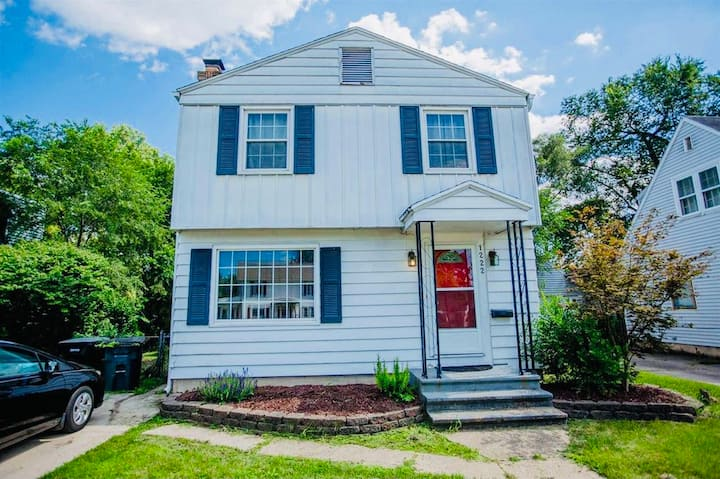 Cozy Home Near Riverwalk Minutes from Notre Dame