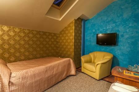 Кровать, телевизор, кресло, столик