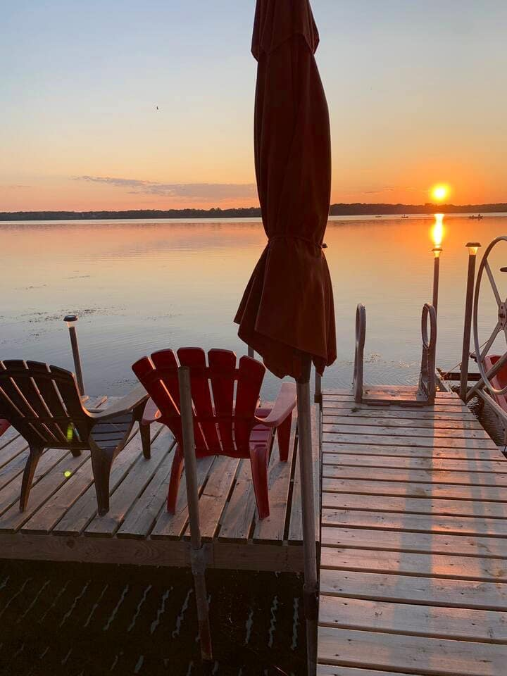 Lakefront with beautiful sunsets and deep cleaning