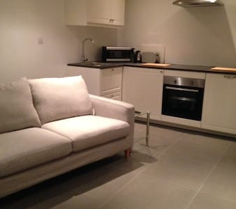 centrally located stylish apartment with parking - Wokingham - Serviced apartment