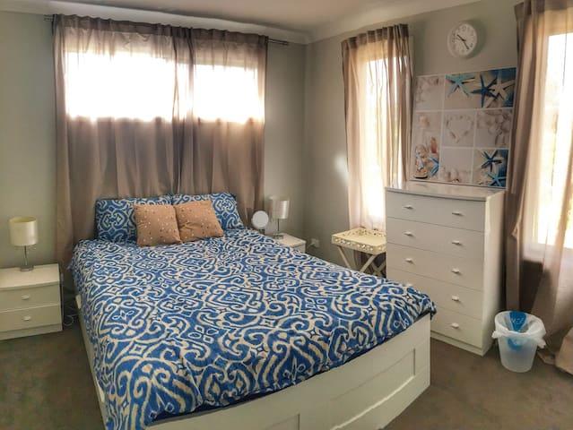 cozy white bedroom with queen bed - Langwarrin - บ้าน