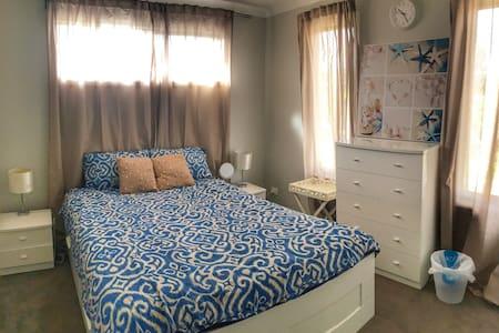 cozy white bedroom with queen bed - Langwarrin - 独立屋