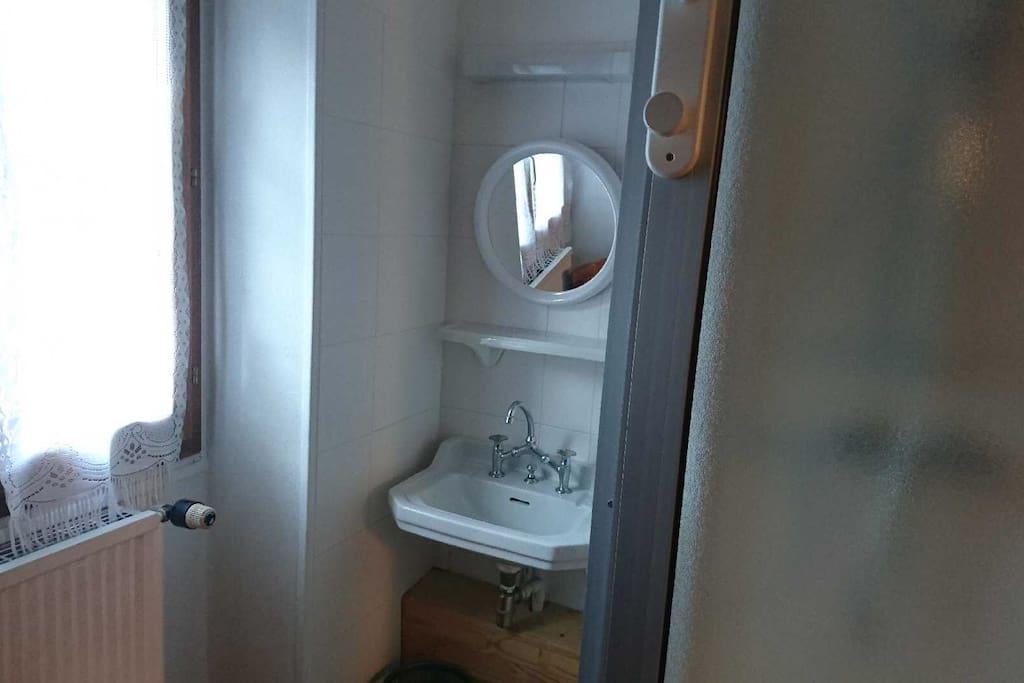 Lavabo avec douche, le Wc se trouve juste à côté sur le pallier