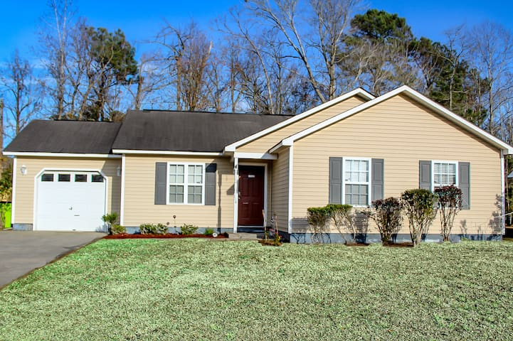 Stylish 3 bedroom home near downtown w/ pool table
