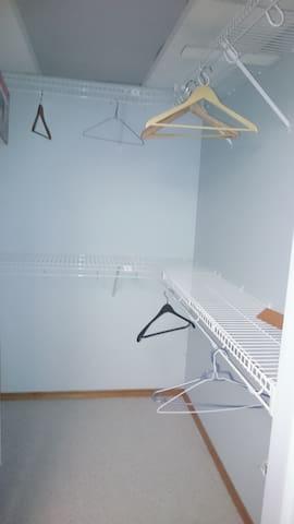 Large private room in Red Deer - Red Deer - Casa