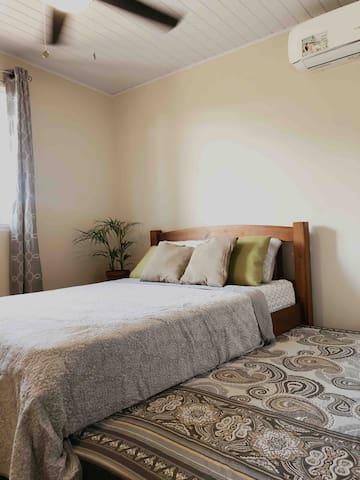 1 cama doble con 1 cama sencilla deslizable