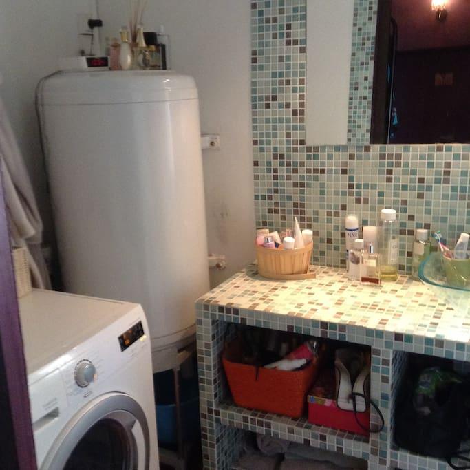 salle de bain avec machine à laver/sèche linge
