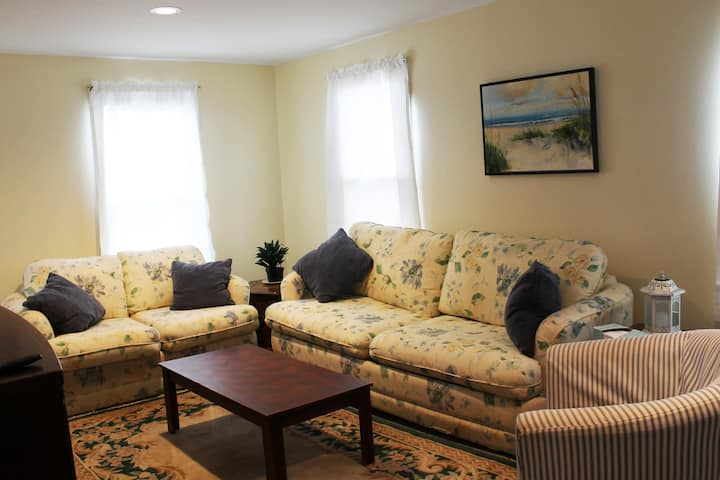 Clean & Spacious 3 Bed apartment with porch & deck