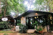 There are lovely bakery & cafe and restaurants in a relaxing garden just 2 mins walk from the building.