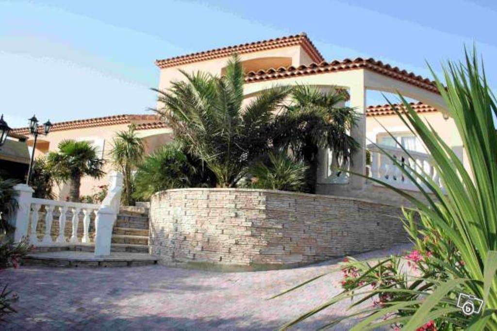 Maison meublee 155 m piscine villas louer n mes for Piscine nemausa nimes tarifs