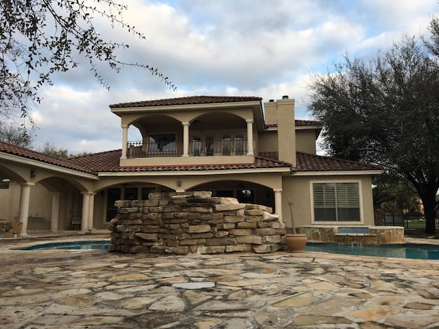 Luxury Vacation Home - New Braunfels