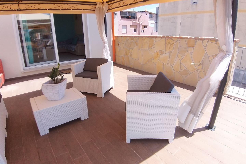 Splendida terrazza con salottino, con possibilita' di mangiare rilassarsi in mezzo al panorama , massimo relax