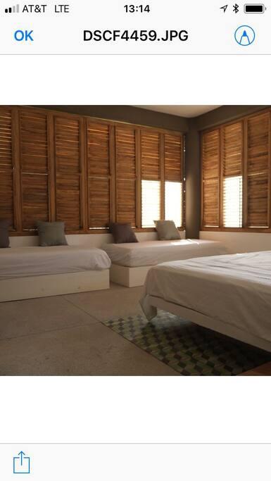 Habitación principal con cama King Size y dos individuales.