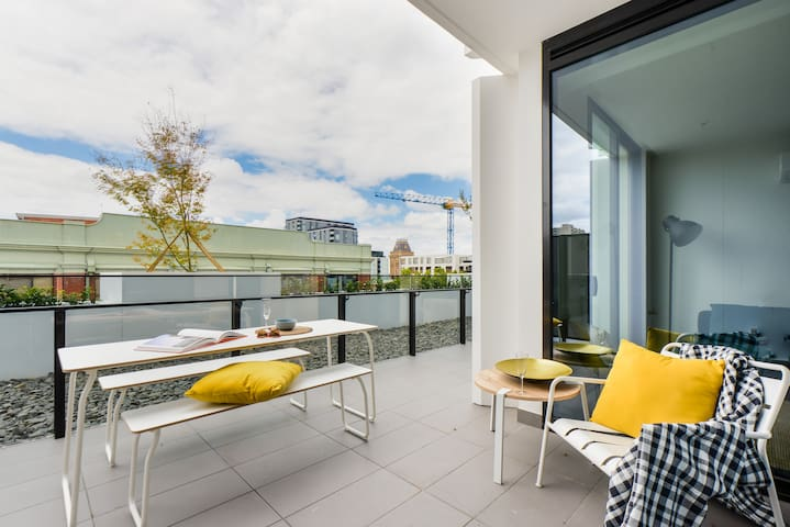 HENDRICKS: Stylish & bright 1 bedroom apartment - Collingwood