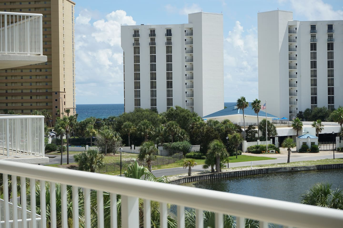 2 minutes from the Beach! Stay at a condo with a breathtaking view!