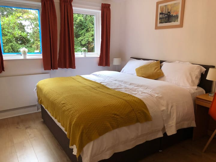 Oadby, Private Parking, Superking bed, Sleeps 4