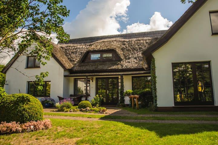 Erholung unter Reet mit großer Gartenlandschaft - Born am Darß - Casa de férias