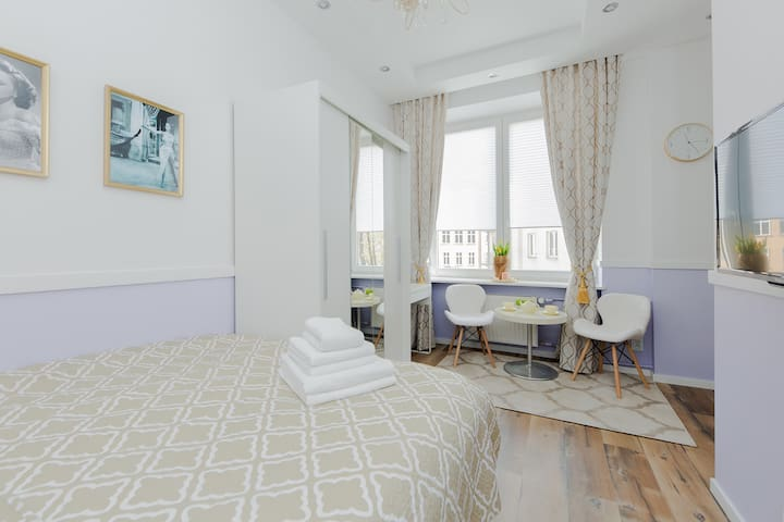 La chic says it all! An elegant studio suite with plenty of natural light thanks to large windows and high ceilings in old Mokotow. High standard, fully equipped with  a large rain shower, kitchenette and comfy continental bed. A safe neighborhood!