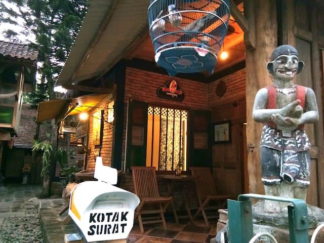 Djojosoewito Homestay, rumah kayu unik dan ikonik