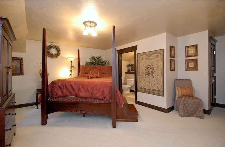 The Roost B&B:  Tapestry Suite