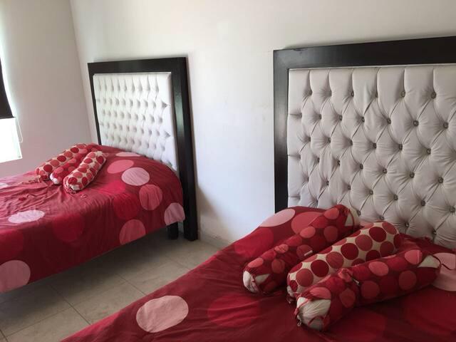 Recamar con 2 camas matrimoniales cada una (son 3 recamaras )
