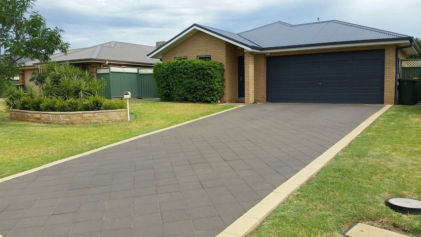 Comfortable and convenient home - Dubbo - Huis