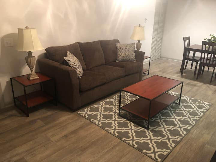 Cozy Flat near Downtown Nashville! Free Parking!