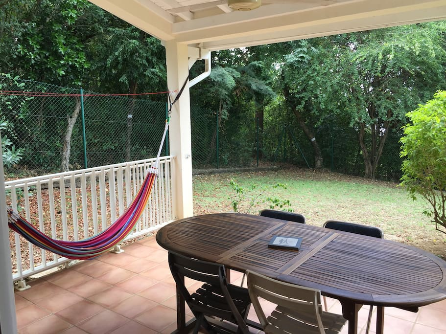 Terrasse avec table extensible (deux extensions), hamac, ventilateur de plafond.