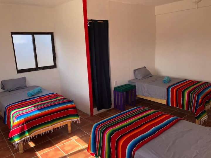 Amplia habitación para 3 en el centro de Cabo