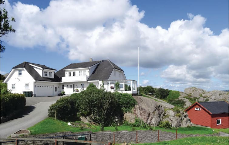 Holiday apartment with 4 bedrooms on 90m² in Sirevåg