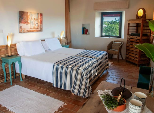 Room Nascente enjoys a beautiful view of the sea and the countryside. Direct access to a terrace shared with Roo Poente  from where you can enjoy the beautiful sea view and the gardens at leisure.