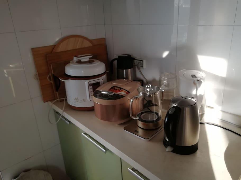 厨房:炒锅,蒸锅,电饭煲,电磁炉,微波炉,养生壶,高压锅,电热水壶,冰箱,吸油烟机,烟雾报警器。