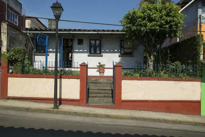 Casa con habitaciones privadas y compartidas - Coatepec - Huis
